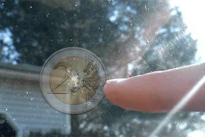 Christine Lagarde fait agrandir la taille des pièces de 2€ après s'être fait recaler de chez Carglass