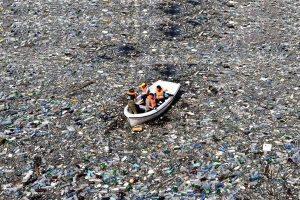Océans : des traces d'eau découvertes au milieu du plastique